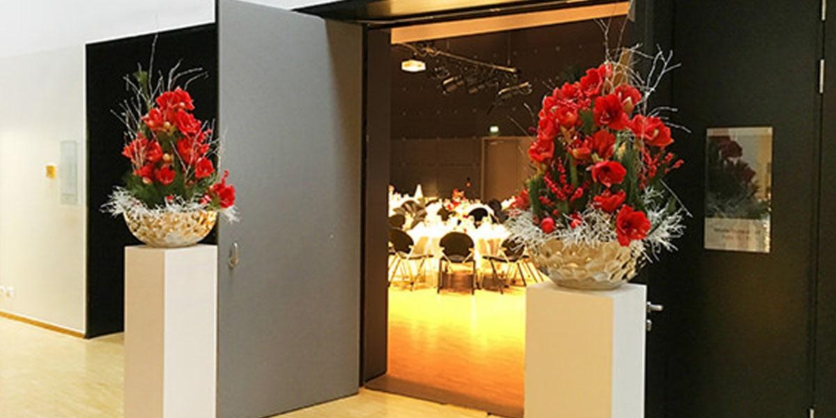 Weihnachtsfeier Dekoration.Weihnachtsfeier In Schönem Rot Deko Design